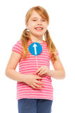 Menina de sorriso que guarda o ícone do sinal de sentido da estrada Imagens de Stock