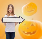 Menina de sorriso que guarda a seta branca grande Fotografia de Stock Royalty Free