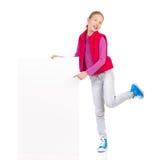 Menina de sorriso que levanta com um cartaz Imagens de Stock Royalty Free