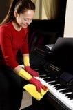 menina de sorriso que limpa a casa fotografia de stock royalty free