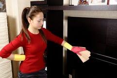 Menina de sorriso que limpa a casa fotografia de stock