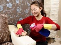 Menina de sorriso que limpa a casa foto de stock