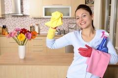 Menina de sorriso que limpa a casa imagens de stock royalty free