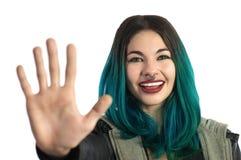 Menina de sorriso que mostra os cinco dedos, contando o sinal da mão Imagem de Stock