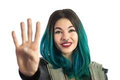 Menina de sorriso que mostra os quatro dedos, contando o sinal da mão Imagem de Stock Royalty Free