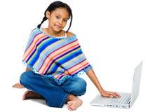 Menina de sorriso que trabalha no portátil Imagens de Stock