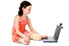 Menina de sorriso que usa um portátil imagens de stock royalty free