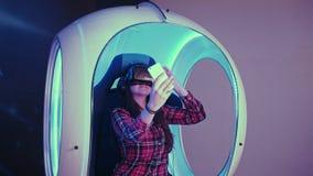 Menina de sorriso que veste os vidros da realidade virtual que tomam selfies em seu telefone Fotografia de Stock Royalty Free