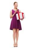 Menina de sorriso querendo saber com caixa atual Imagem de Stock