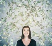Menina de sorriso sob a chuva do dólar, parede cinzenta Imagens de Stock