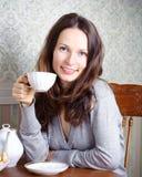 A menina de sorriso tem o pequeno almoço Fotografia de Stock