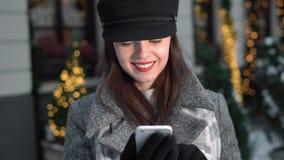 A menina de sorriso Texts exterior video estoque