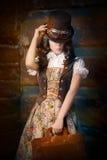 Menina de Steampunk com o saco de couro do portfólio fotografia de stock royalty free