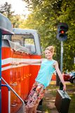 Menina de Steampunk no chapéu na locomotiva de vapor velha Beleza Red-haired Retrato do século passado, viagem retro do vintage O Foto de Stock Royalty Free