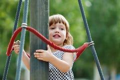 Menina de três anos na área do campo de jogos Imagens de Stock