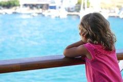 a menina de tr?s anos admira a vista dos Cyclades da balsa imagens de stock royalty free