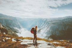 Menina de viagem de solo que caminha com a trouxa nas montanhas imagem de stock royalty free