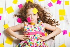 Menina de Vogue no vestido do arco-íris com etiquetas fazer-ele Fotos de Stock Royalty Free