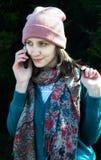 Menina de Yong no dia de verão que chama com telefone celular Fotografia de Stock