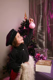 A menina decora a árvore de Natal Imagens de Stock Royalty Free