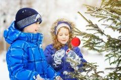 A menina decora a árvore de Natal Imagem de Stock