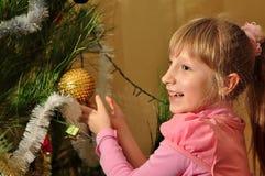 A menina decora a árvore de Natal Imagem de Stock Royalty Free