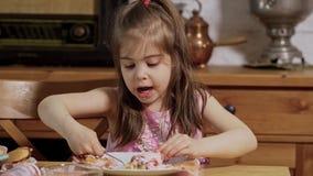 A menina decora e come queques deliciosos vídeos de arquivo