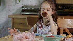A menina decora e come queques deliciosos video estoque