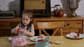 A menina decora e come queques deliciosos filme