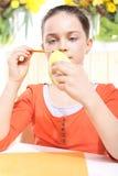 A menina decora ovos da páscoa Foto de Stock Royalty Free