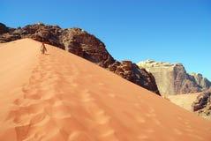 A menina deixa pegadas na areia Fotos de Stock Royalty Free