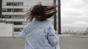 A menina deixa a vista ao redor vídeos de arquivo