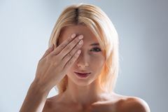 Menina deleitada positiva que olha em linha reta na câmera Imagens de Stock