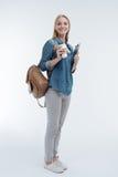 Menina deleitada positiva que tem a mochila em seu ombro direito Foto de Stock Royalty Free