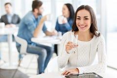 Menina deleitada que senta-se no café Fotos de Stock Royalty Free