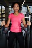 Menina delgada com os bordos sensuais gordos que fazem exercícios abdominais no fitness center imagem de stock