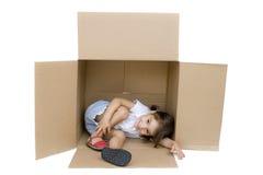 Menina dentro de uma caixa Fotos de Stock Royalty Free