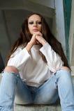 Menina deprimida triste que senta-se em escadas da construção abandonada Imagens de Stock Royalty Free