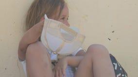 Menina desabrigada que implora a esmola na rua em um close-up do dia de verão vídeos de arquivo
