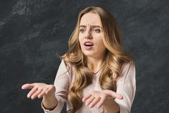 Menina desapontado com os braços na descrença completa fotos de stock