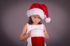 Menina desapontado com sua meia do Natal imagem de stock