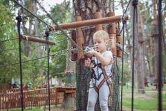 A menina desata o carabiner no obstáculo foto de stock royalty free