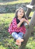 Menina descalça que canta Fotos de Stock