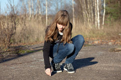 A menina desenha algo no asfalto Foto de Stock Royalty Free