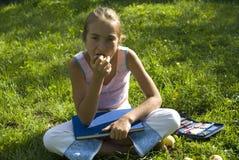 A menina desenha em um prado III Fotografia de Stock Royalty Free