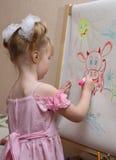 A menina desenha uma vaca Foto de Stock Royalty Free