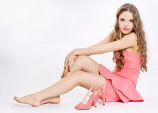 A menina desgasta uma sapata, foto de stock royalty free