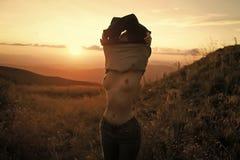 Menina despida consideravelmente bonito no campo imagem de stock