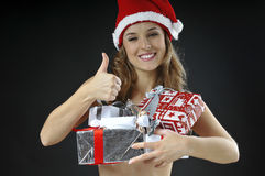 A menina despida do Natal cobriu presentes Foto de Stock