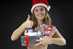 A menina despida do Natal cobriu presentes Foto de Stock